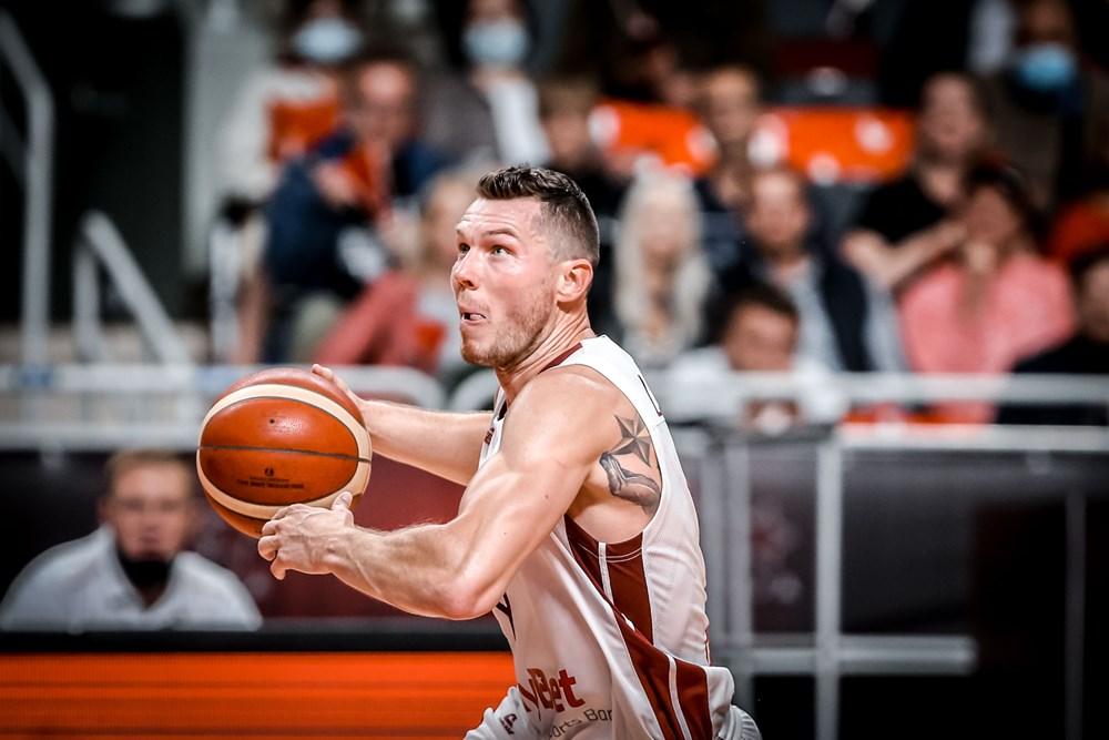 Basketbola izlase uzzina pretiniekus PK kvalifikācijā, latviešu futbolistiem jaunas darbavietas – aizvadītās dienas aktualitātes