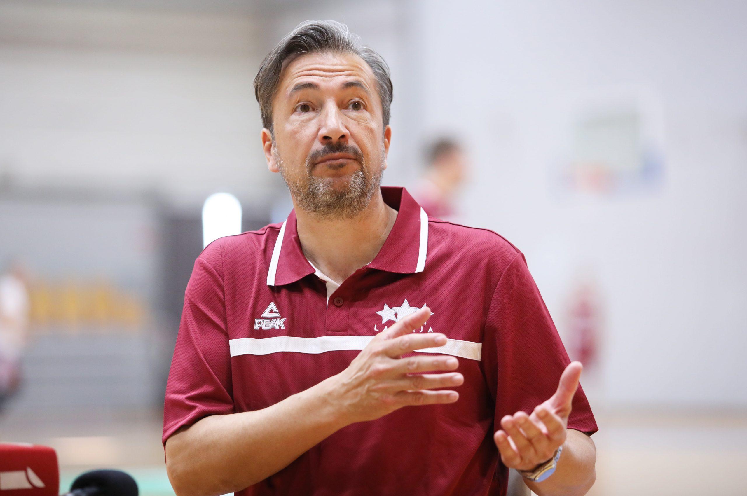 Latvijas izlases galvenais treneris Banki par Itālijas futbolu, patriotismu un Latvijas basketbola izlasi