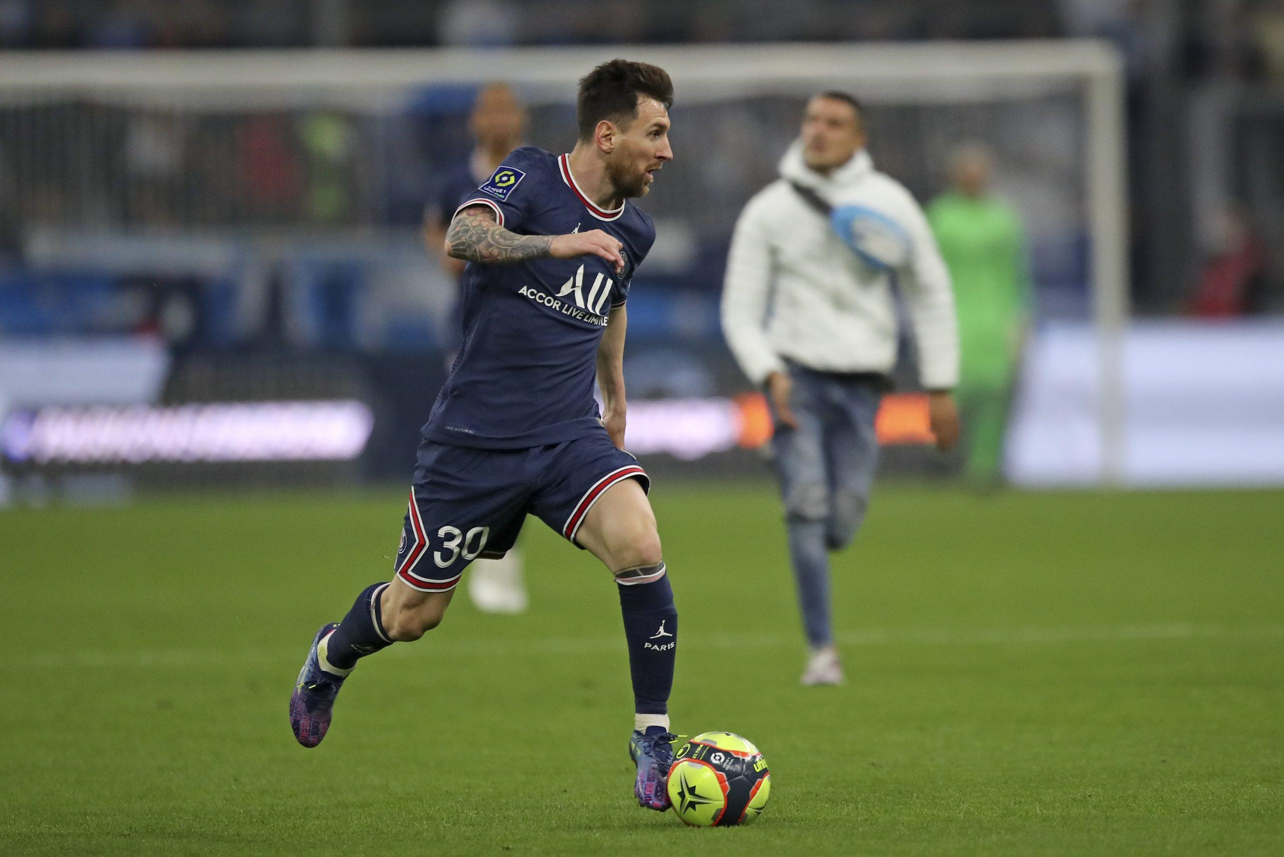 Trakais Francijas derbijs – vairogi stūra sitienu laikā, un fans skrien pakaļ Mesi